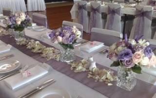 «Украшение букетами стола молодоженов и гостей на свадьбе[