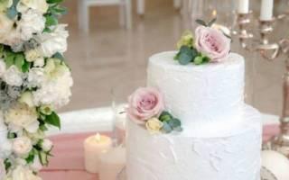«Как украсить свадебный торт с помощью живых цветов[